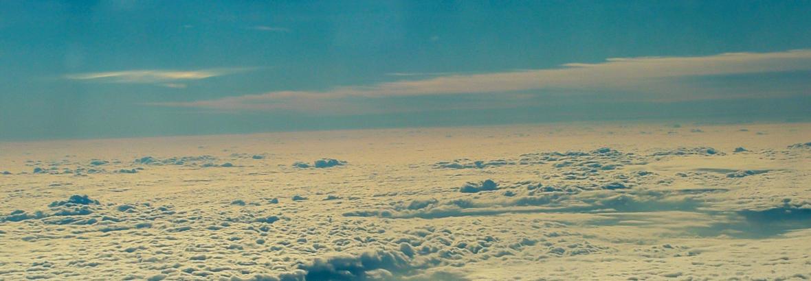 Felhők és kék ég.