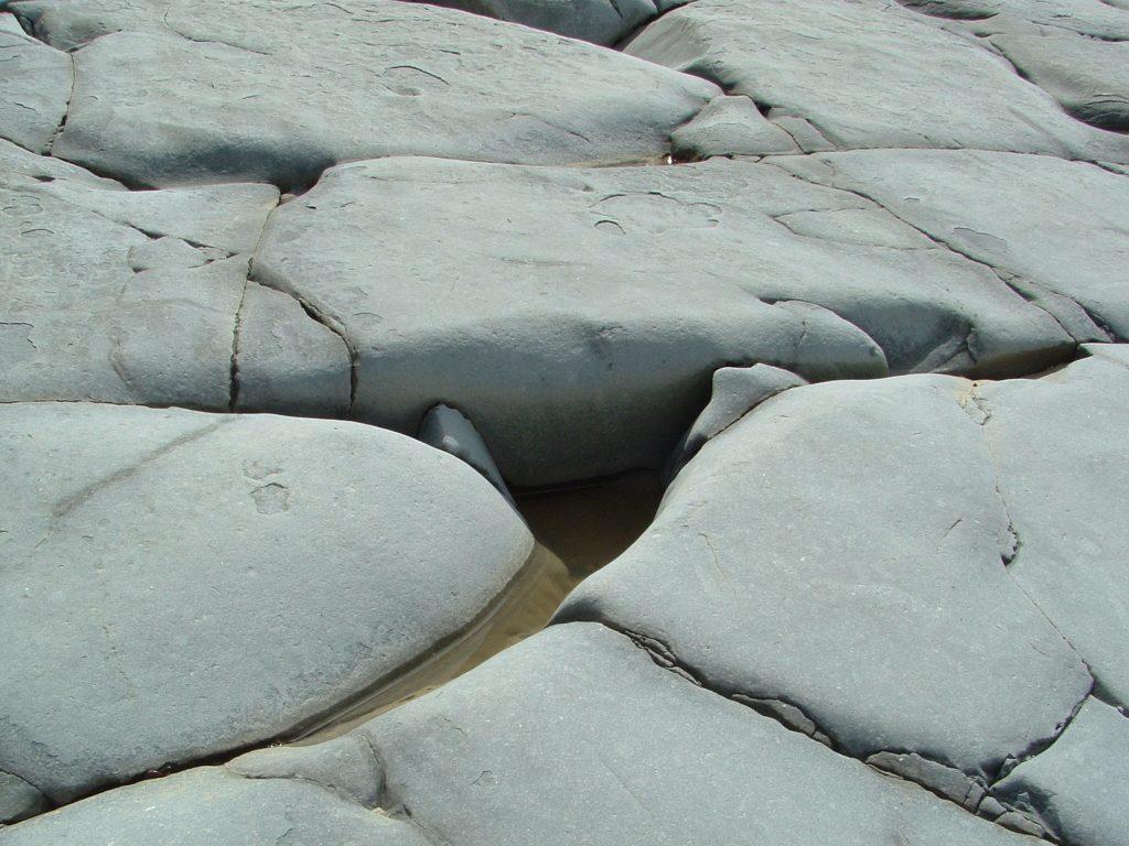 Szürke, nagy, lapos sziklák.