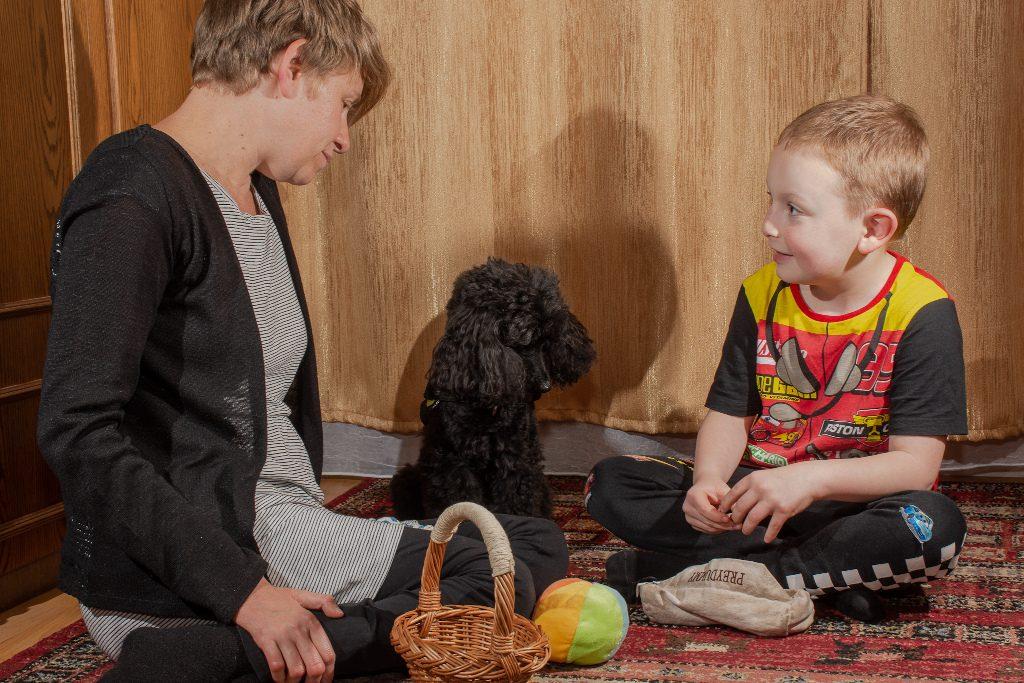 Kutyásterápia kutya és két ember